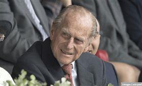 英國皇室菲立普親王(Prince Philip),17日自駕上路不幸發生車禍,在路口與另一台車對撞,導致車身翻覆但自身沒有受傷,而另一台車上的乘客則是手部骨折,送醫後無礙。事發6日之後,菲立普以親筆信向車禍傷者道歉,並表示當時是因為「陽光太刺眼」,才沒看清路況導致車禍發生,對此感到非常抱歉。(圖/翻攝自RoyalCentral twitter)