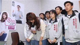 陳思宇發表競選感言(1)無黨籍台北市立委補選候選人陳思宇(前左)27日傍晚在競選總部發表感言,發言前向選民鞠躬致謝。中央社記者吳家昇攝 108年1月27日
