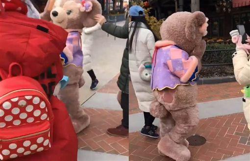 上海迪士尼人偶被遊客拉耳/微博
