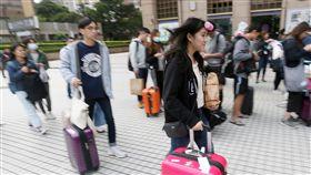 青年民主返鄉列車陸續發車(3)為鼓勵青年返鄉投票,台灣青年民主協會募資發起「2018青年民主返鄉列車」,讓2500名離鄉青年以新台幣101元的車資返鄉投票,參與青年23日下午在台北車站乘車點集合,準備搭車回家。中央社記者徐肇昌攝 107年11月23日