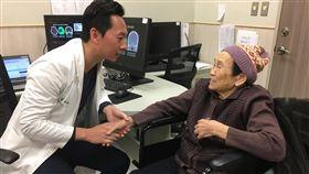 腦中風一站式救治 成功搶救90歲阿嬤(1)一名90歲阿嬤(右)日前跌倒後左手腳無力,緊急送往中國醫藥大學新竹附設醫院急診,醫院啟動「腦中風一站式救治」,縮短檢查時間,確定為急性腦中風,在黃金3小時內完成治療。中央社記者魯鋼駿攝 108年1月27日