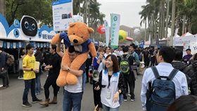 台大校園徵才博覽會台灣大學3日舉辦2018校園徵才博覽會,共吸引253家企業,提供超過2萬個職缺。中央社記者陳至中台北攝 107年3月3日