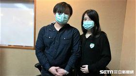 患者陳先生(左)因罹患睪丸癌導致無精症,接受北榮醫療團隊顯微取精技術成功尋得精子,經人工生殖,陳太太(右)也成功受孕。(圖/記者楊晴雯攝)