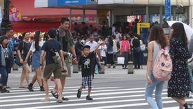 7月景氣燈號亮綠燈國發會27日下午公布107年7月景氣對策信號燈號為綠燈,並表示當前國內經濟呈現溫和擴張,成長力道仍有待加強。圖為台北市西門町商圈逛街人潮。中央社記者吳家昇攝 107年8月27日