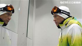 張家輝在滑雪場被冷風直灌,抖到不行。(圖/華映娛樂提供)