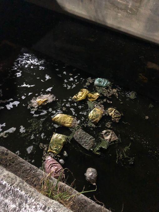 彰化花壇排水溝疑出現豬內臟 縣府派員清除彰化縣花壇鄉一處排水溝28日被民眾發現疑棄置多袋豬內臟,環保局派員到場勘查後,已通知水利資源處水利工程科協助清除。(翻攝畫面)中央社記者蕭博陽彰化縣傳真 108年1月28日