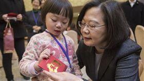 蔡總統與陸配餐敘(2)總統蔡英文24日前往海基會出席關懷陸配親子春節活動,她說,政府的目標就是讓陸配姊妹在台灣也有「家」的感覺。(總統府提供)中央社記者葉素萍傳真 108年1月24日