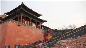北京故宮:沒有滿漢全席 108道是演繹的(1)滿漢全席是民眾對清代皇室的飲食想像,北京故宮博物院副院長任萬平表示,沒有「全席」,只有滿席與漢席,而且108道菜是演繹的,實際上沒有那麼多。圖為紫禁城裡過大年特展入口。(資料照片)中央社記者林克倫北京攝 108年1月19日