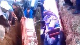老婦屍體滾出來!護柩人員失足「壓上去」 大力撞到棺材蓋掀開(圖/翻攝自YouTube)