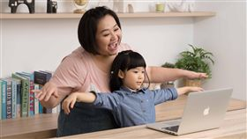 外語能力好,未來能擁有比他人更多的機會與世界接軌,台灣人熱衷「學英文」,因此家長讓孩子從幼稚園開始上幼兒美語,創造優質的語言環境,一點一滴的累積單字和語感,希望某天能和歐美人士侃侃而談。藝人鍾欣凌結婚近9年、育有兩女,一家四口過的幸福美滿,令人稱羨!她近期受訪分享親子教育趣事,除了直言寶貝女兒有點悶騷之外,也得意自己送大女兒兔寶一生受用的「完美大禮」坦言希望孩子開口烙英文!
