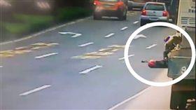 台北,松山,機車騎士,遊覽車,車禍,車尾,保險桿。翻攝畫面