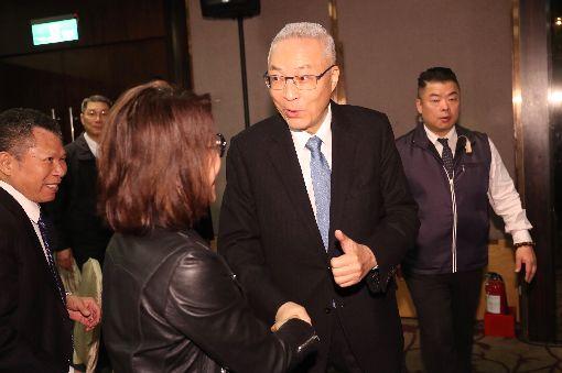 吳敦義出席台商餐會(1)國民黨主席吳敦義(前右)29日晚間出席「大陸台商歲末聯誼餐會」,向出席的台商握手致意。中央社記者吳家昇攝 108年1月29日