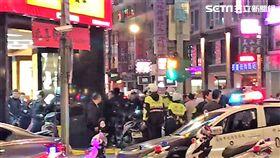 兩派酒客在林森北路與長春路口爆發大亂鬥(翻攝畫面)