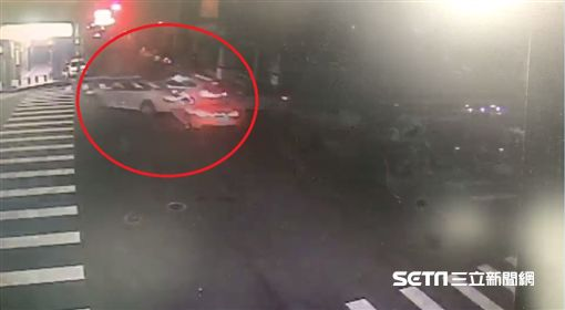 台中兩輛BMW路口對決/翻攝畫面