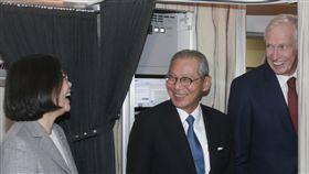 蔡總統出訪太平洋友邦 過境夏威夷總統蔡英文(左)28日啟程訪問太平洋友邦馬紹爾群島、吐瓦魯及索羅門群島,去程過境美國夏威夷,美國在台協會主席莫健(James F. Moriarty)(右)與駐美大使高碩泰(中)前往接機。中央社 106年10月28日