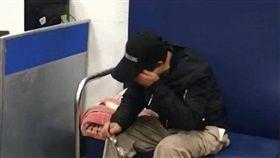 姚男欠債在外流浪10年不敢回家,聽到母親去世消息掩面痛哭。(圖/翻攝龜山讚警臉書)