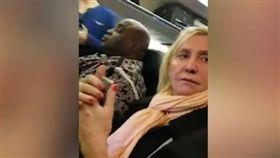 搭飛機座位擠狂抱怨 美婦人無禮嗆人遭全機旅客撻伐(圖/翻攝自News House YouTube)