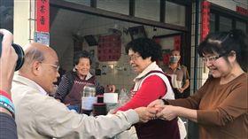 行政院長蘇貞昌昨天回到屏東出席活動,並到老家巷子口的肉圓店發紅包,道聲新年快樂。(圖/翻攝蘇貞昌臉書)