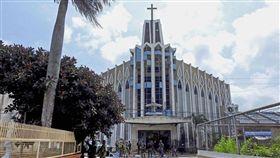 菲國南部和魯鎮大教堂27日發生奪命爆炸事件,菲律賓軍警人員昨(29)日傍晚突襲其中一名涉案嫌犯的住宅,在槍戰中擊斃一人。(圖/翻攝自@icn_english推特)
