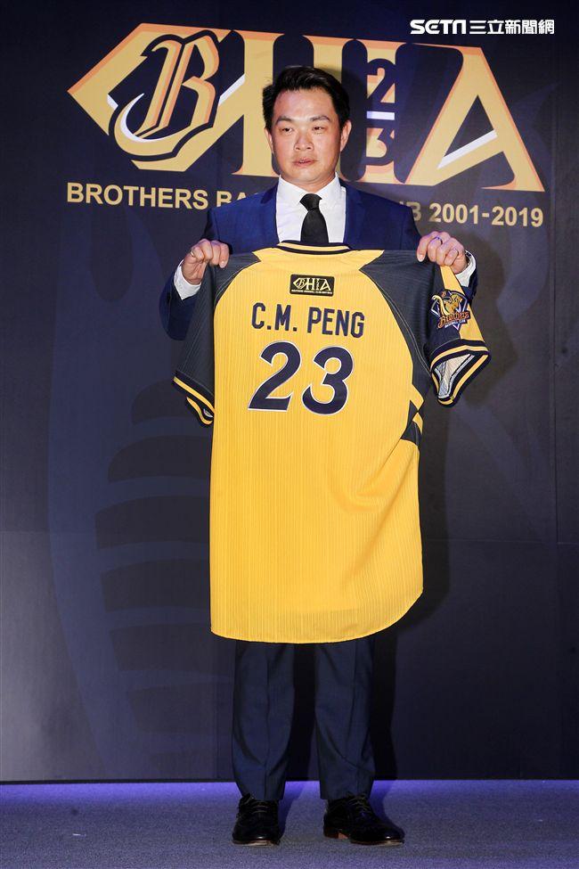中職傳奇球星中信兄弟「恰恰」彭政閔紅了眼眶宣布這季打完引退。(記者邱榮吉/攝影)