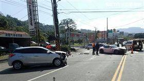 桃園1名豐田轎車業務員撞上粉紅色保時捷911(翻攝畫面)