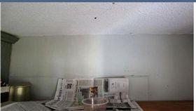 新加玻老婆婆家中天花板流下血液,才揭發樓上獨居老翁死亡多時。(圖/翻攝自The Straits Times)