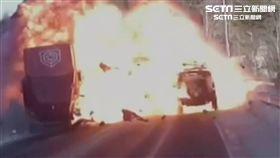 直擊! 吉普車打滑撞貨櫃車 引爆火球