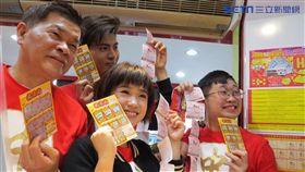 ▲賀歲強檔「大三元」主要演員為台灣彩券春節加碼活動站台宣傳。(圖/記者林辰彥攝影)