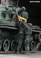 春節是國人最重要的傳統節慶,陸軍春節期間將持恆精實備戰訓練,「反擊部隊再戰整備」,操演課目包含「防空疏散、油彈整補暨命令下達、部隊機動、野戰搶修」等項。(記者邱榮吉/台中拍攝)