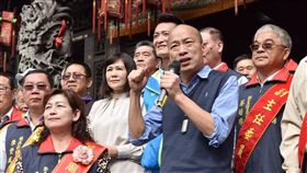 高雄市長韓國瑜今(31)日上午走訪梓官區赤慈宮、中崙城隍廟以及通安宮參香祈福
