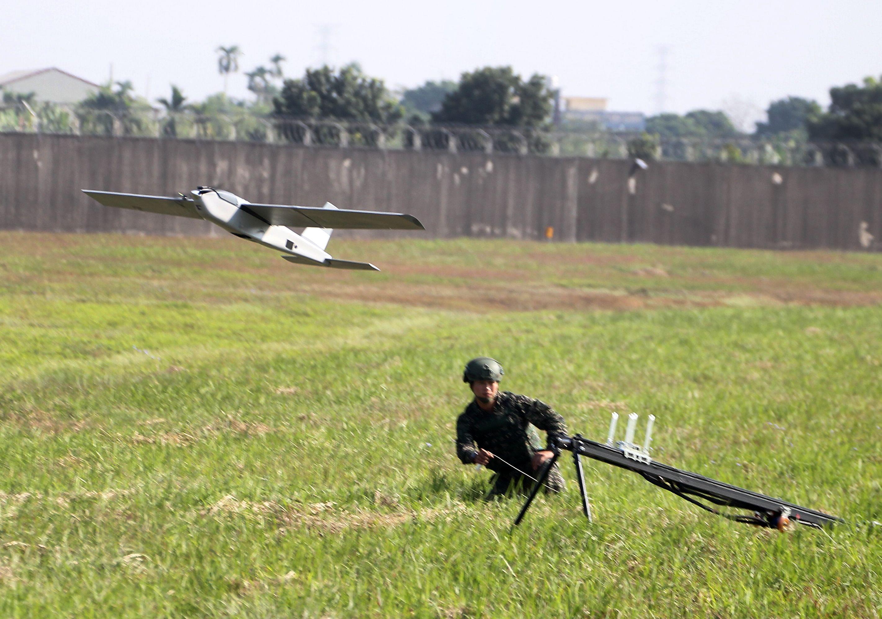 海軍陸戰隊員操作的紅雀二型無人機,是跟隨部隊移動,由彈射器彈射升空,單人操縱作業,直接將影像傳回地面。(記者邱榮吉/屏東拍攝)