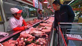 非洲豬瘟衝擊 中國出動中央儲備豬肉由於擔憂非洲豬瘟疫情可能影響年節期間豬肉供應,中國商務部29日表示,正聯合多部委,投放9600噸中央儲備豬肉,增加市場供應,並啟動豬肉市場監測日報制度。(中新社提供)中央社 108年1月30日