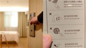 飯店房卡背面的使用說明,讓網友看了笑噴。(圖/翻攝爆廢公社)