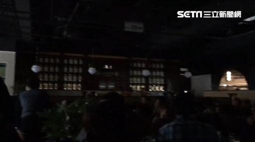新光三越南西三館今(1)日中午發生跳電!餐廳全部陷入「黑暗期」,有民眾吃火鍋吃到一半無法煮。至於跳電原因還在調查中,目前未傳出有消費者受傷的消息。(圖/翻攝畫面)