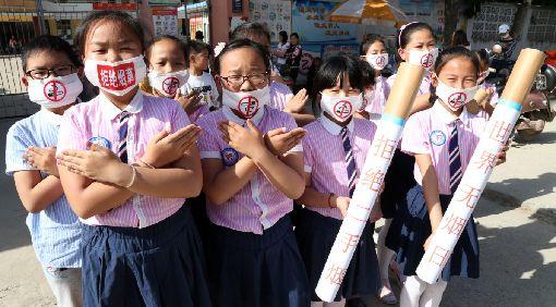 中國菸草總公司蟬聯2018最賺錢企業陸媒報導,中國菸草總公司2018年再度蟬聯中國最賺錢企業寶座,盈餘高達人民幣1兆1556億元(約新台幣5.27兆元)。但在民間禁菸呼聲越來越高之際,菸草收入備受爭議。圖為一群安徽小學生宣導世界無菸日。(中新社提供)中央社 108年2月1日