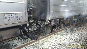 區間車廂外冒煙 台鐵:電器連結線燒毀