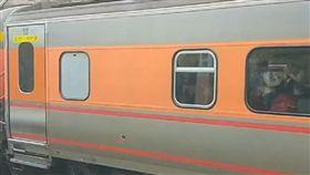 快訊!苗栗自強號驚傳旅客跌落 當場被撞慘死鐵道上(圖/翻攝畫面)