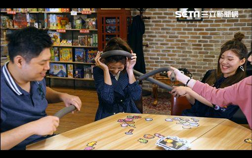 輸了的Dash慘遭爆打。下一秒立即平反重重的懲罰隊友憑著新手運Dash被桌友封為遊戲王。