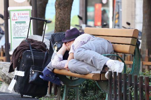 天氣回暖 民眾公園曬暖陽中央氣象局表示,2日大陸冷氣團減弱,各地清晨仍偏涼冷,白天明顯回暖,各地高溫都在攝氏23、24度以上,西半部更可以到26至28度,日夜溫差較大。圖為台北有民眾躺在公園長椅上曬太陽。中央社記者吳翊寧攝 108年2月2日