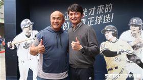 馮勝賢邀請張泰山參觀30周年特展。(圖/記者王怡翔攝影)
