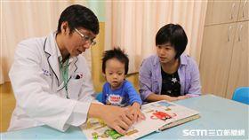 職能治療師施益湋與家長一起陪著孩子進行繪本導讀。(圖中人物與此新聞無關/周立偉、施益湋提供)