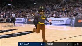 馬刺吉祥物扮蝙蝠俠…捉蝙蝠 NBA,聖安東尼奧馬刺,蝙蝠,吉祥物 翻攝自YouTube FOX Sports Southwest