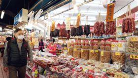 年節到 台灣自製臘腸臘肉好安心(3)農曆春節假期,台北南門市場臘腸、臘肉、香腸攤商今年特別標註產品是選用台灣本地豬肉自製,讓消費者免去非洲豬瘟的疑慮,吃得美味又安心。中央社記者吳翊寧攝 108年2月3日