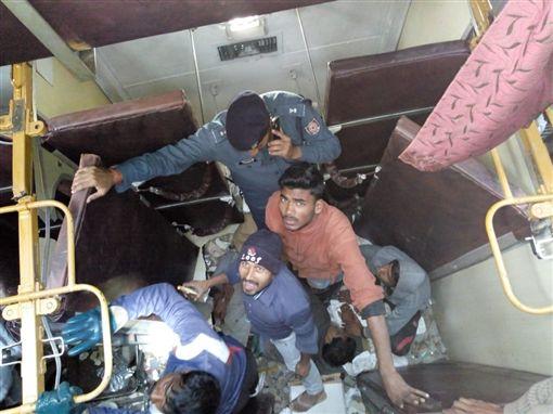印度火車出軌翻覆(圖/翻攝自推特)