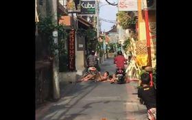 騎車時遇到有人躺在馬路中間你會怎麼做?有網友在推特上傳一段影片,畫面中可以看到,有兩名外國遊客躺在峇里島的馬路上,當地人騎車經過看到此景,沒有減速反而直接碾過去,讓想惡搞的老外嚇了一跳趕緊起身,逗趣的畫面引來網友熱議。(圖/翻攝自推特MothershipSG)