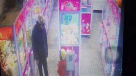 基隆市陳男疑因不滿姪子拿走零錢,竟動手痛毆小孩頭上安全帽,過程全被娃娃機店監視器拍下(翻攝《爆料公社》)