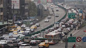 年假開始 車潮湧現(1)農曆新年連續假期開始,台北市1日傍晚返鄉車潮逐漸湧現,導致高速公路周邊路段塞車。中央社記者鄭傑文攝 108年2月1日