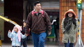 強烈冷氣團來襲 入夜至23日清晨最冷中央氣象局表示,受到強烈大陸冷氣團影響,22日各地氣溫偏低,白天北台灣高溫僅攝氏15、16度,入夜到23日清晨將是這波冷空氣威力最強的時候,北台灣沿海空曠地區低溫將探9度,台北市也只有12度低溫。中央社記者鄭傑文攝 108年1月22日