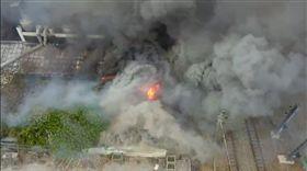 就在鐵道邊!台南台鐵宿舍大火 濃煙遍佈鐵道上空急求援 圖/翻攝畫面
