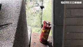 陳男在自家陽台抽菸卻被煙火炸傷,他憤而前往醫院驗傷並提告傷害(翻攝畫面)